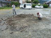 最後に榊5本を埋設部表土に挿し立てる