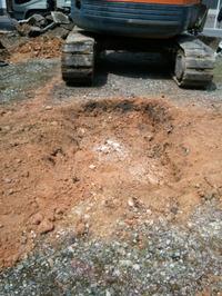 21 スコップによる手作業で土を被せる2