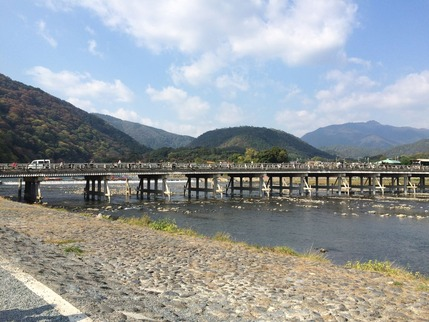 7渡月橋越しに小倉山を臨む