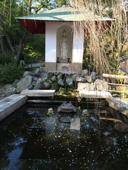 天龍寺庭園の百花苑にある観音像と蛙たち
