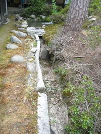 満水となった池から去水路へ流水が流れていく