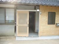 玄関枠と引き戸が取り付けられる