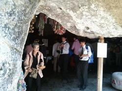 洞穴内に銭洗いの霊水場