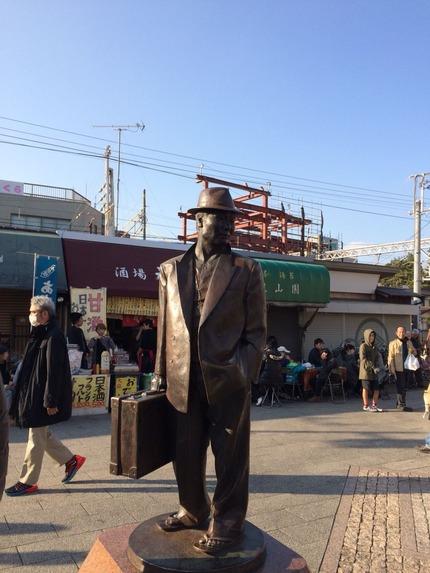 柴又駅にある寅さん像