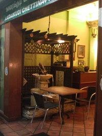 20100427 インド料理店にあるガラーシャと噴水