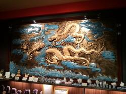 陽和堂の入って右側にある龍彫刻壁画