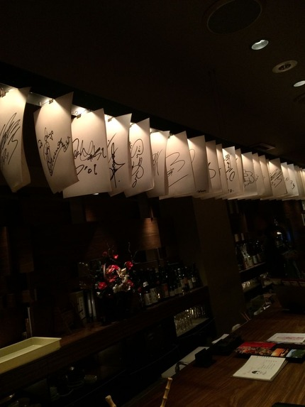 わだ家新大阪店 有名人サイン紙の列