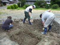 掘り出した土を戻す